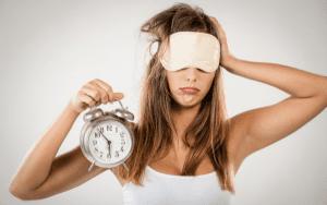 Mujer despertándose cansada