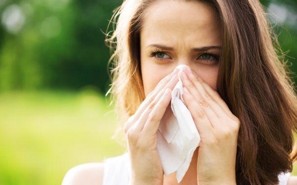 Mujer con síntomas alérgicos