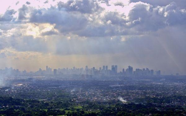 Ciudad cubierta por contaminación vista desde lejos
